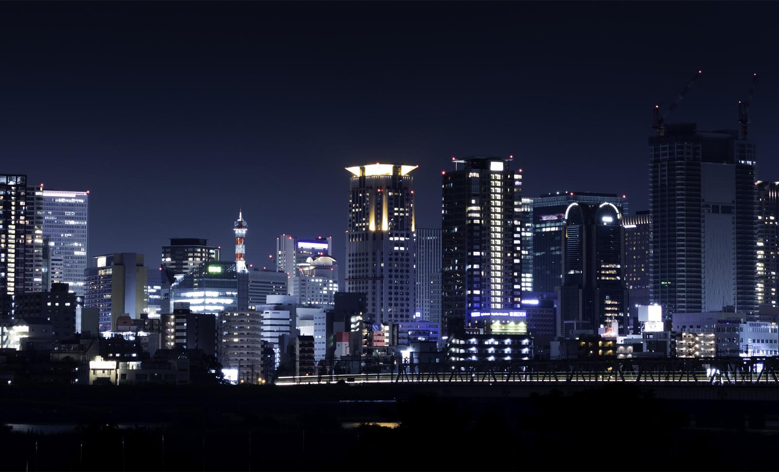 夜の都会ビル群
